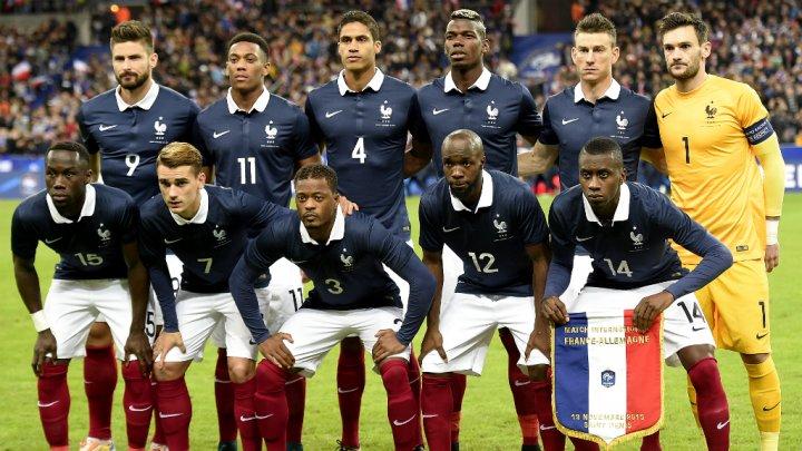 ... mais pas en équipe de France (au passage faudra leur dire que cette pose semi accroupie est juste horrible)